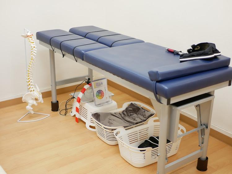 身体のバランスを診るための専用ベッド