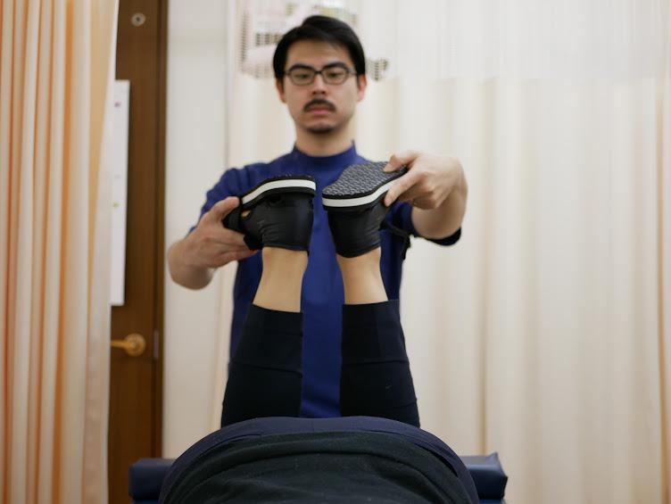 テスト時に足の踵(かかと)の高さが合わない場合は異常があります。