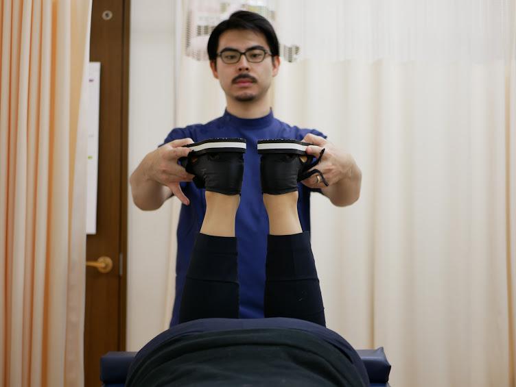 「パチン」と矯正後は同じテストをしても正常なため、踵(かかと)が合わさります。