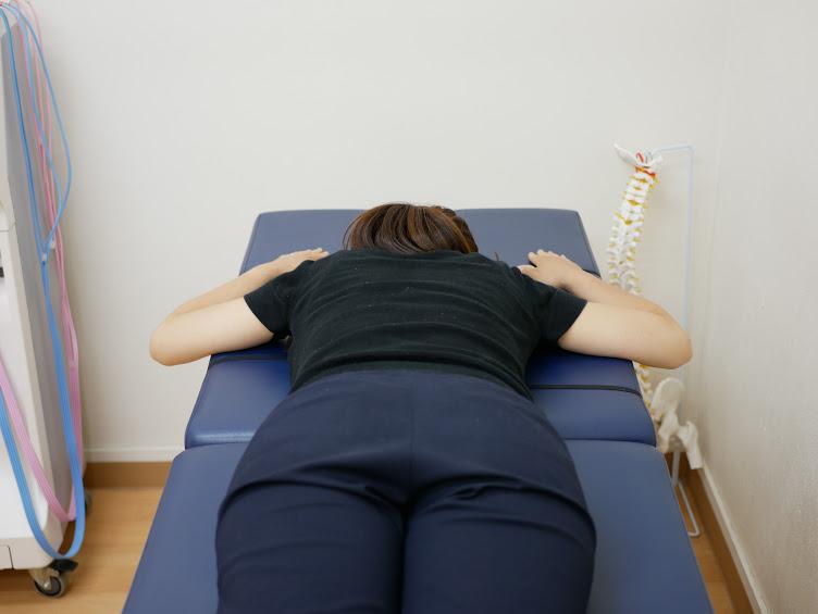 第8胸椎の神経反射テスト(両手を顔の横に置く)