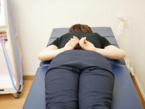 両手を腰の上にのせると腰の2番目の骨の神経にストレスがかかります。